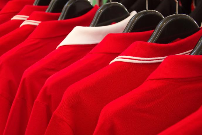 赤のポロシャツコーデ