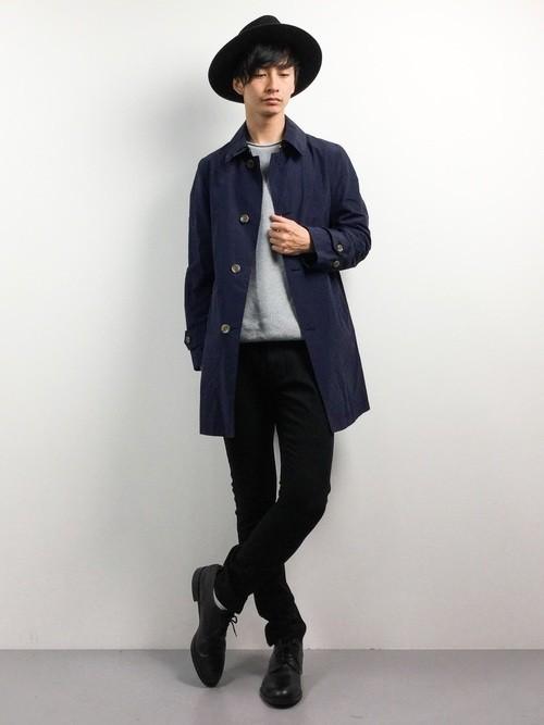 黒スキニーパンツとステンカラーコートのコーデ
