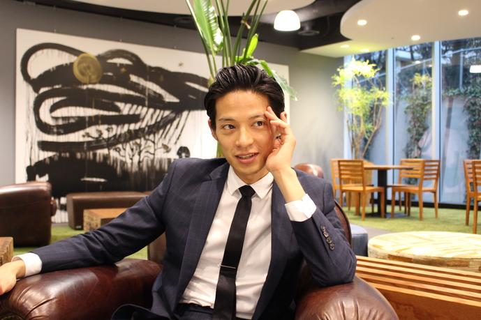 バチェラー久保裕丈のファッションインタビュー笑顔