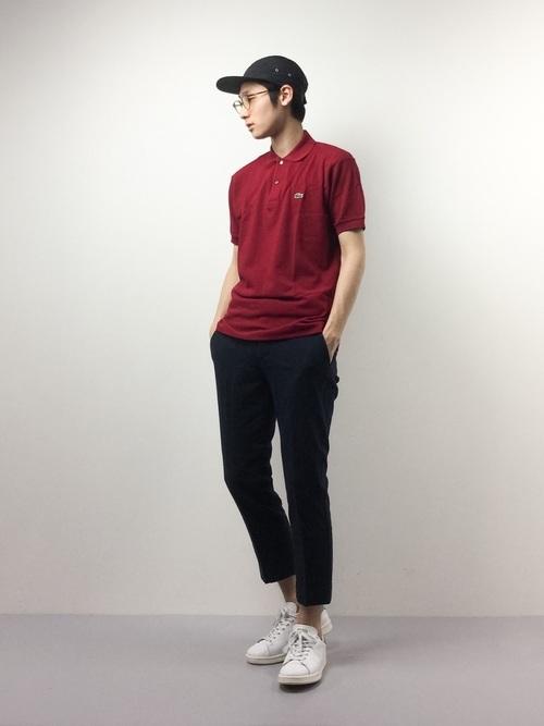 赤ポロシャツとクロップドパンツの着こなしコーデ