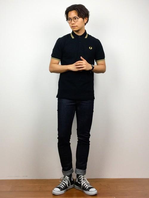 黒ポロシャツとデニムパンツの着こなしコーデ