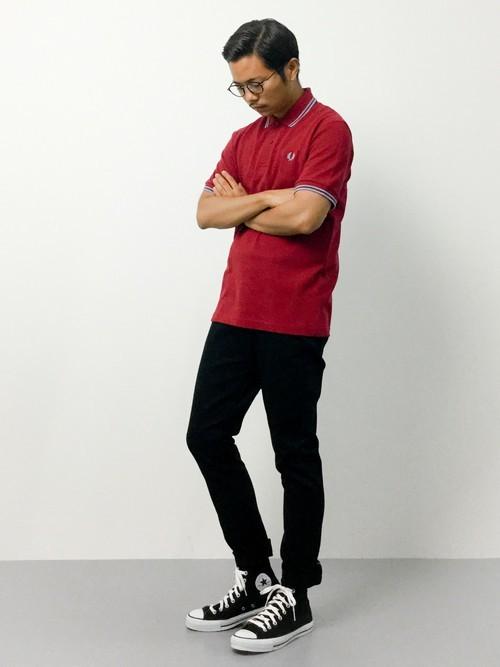 赤のポロシャツと黒パンツの着こなしコーデ
