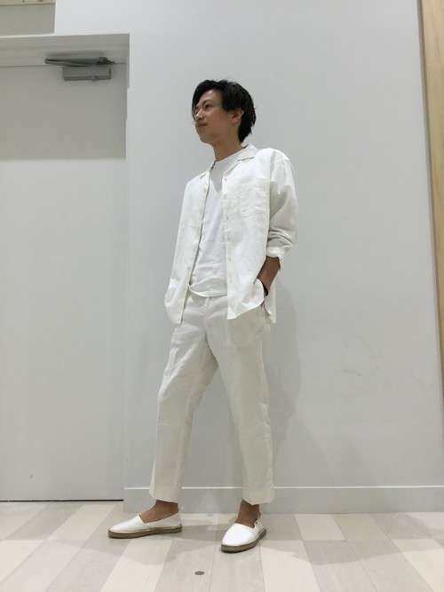 白シャツのワンカラーコーデ