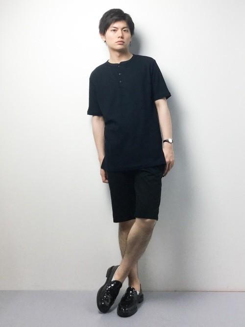 ブラックシャツとブラックハーフパンツの着こなし