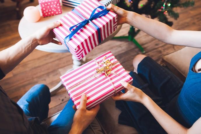 お菓子をクリスマスプレゼントで大人に贈る