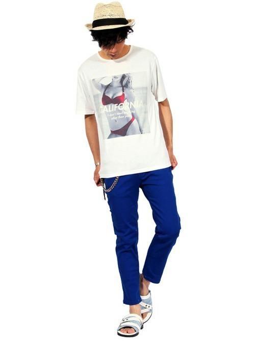 ストローハットと柄Tシャツの着こなしコーデ