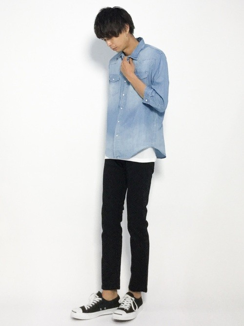 青シャツとスキニーパンツのコーデ