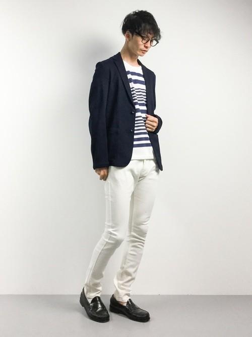 ネイビージャケットと白パンツの着こなし