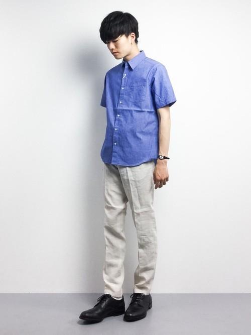 ブルーの夏シャツとチノパンの着こなし
