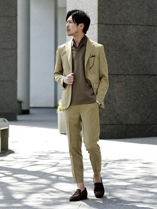 ベージュジャケットとブラウンシャツの着こなし