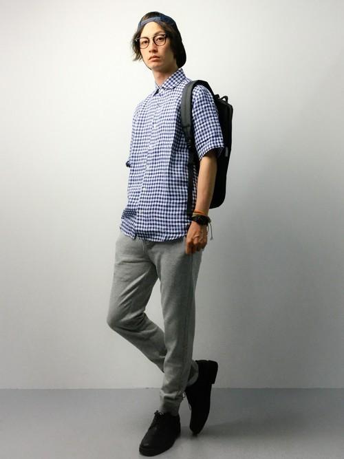 ギンガムチェックシャツとスウェットパンツのコーデ