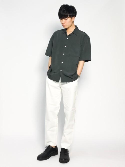 カーキシャツと白パンツの着こなし