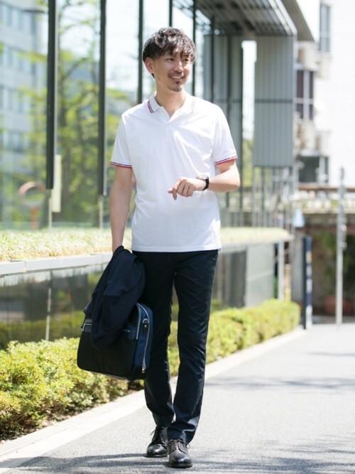 白ポロシャツのクールビズコーデ