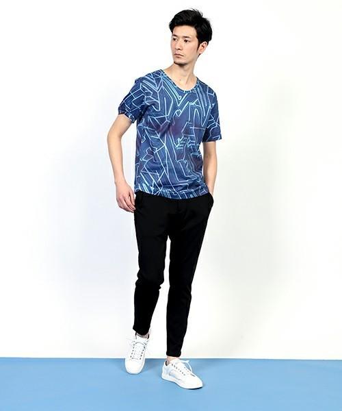 Tシャツをアクセントに周りは落ち着いた色合いで