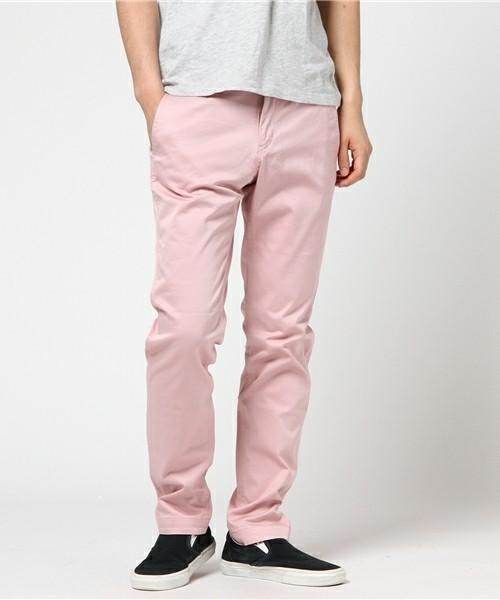 淡いピンクのパンツで夏感を出す