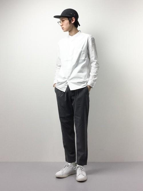 白シャツとスラックスのコーデ