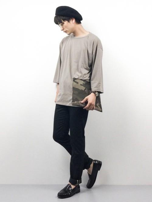 脚を黒で引き締めてビックTシャツに合わせる