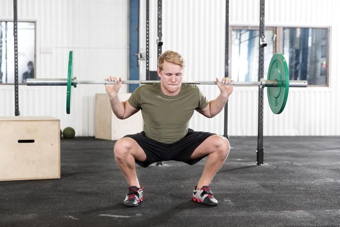 効果的に大腰筋・大腿四頭筋を鍛えられるバーベルスクワット