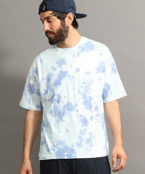 色白男子に似合う淡色の総柄Tシャツ