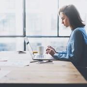 職場の後輩女子が、仕事を頑張ったときの褒め方【褒め上手への道 #3】 | Smartlog