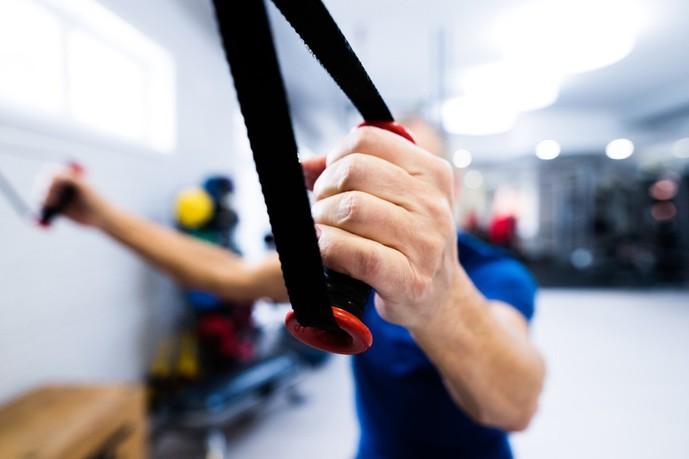 棘下筋を鍛えられるチューブトレーニング