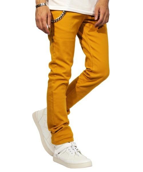 白に映える黄色パンツ