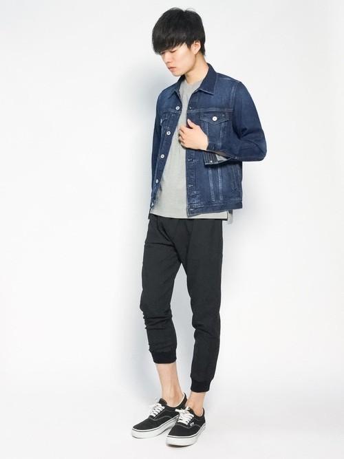 クロップドパンツとデニムジャケットの着こなし