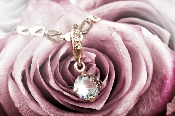 大切な女性にダイヤモンドのネックレスのプレゼント