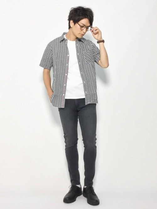 ギンガムチェックシャツとスキニーデニムのコーデ