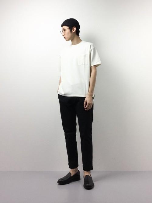 クロップドパンツと白Tシャツの着こなし
