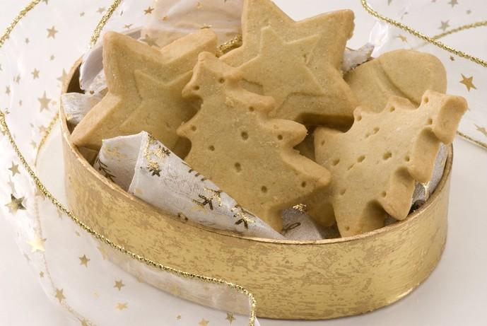 クッキーのプレゼントを渡す場面
