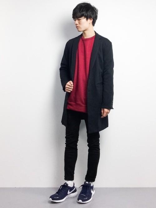赤ニットと黒チェスターコートの着こなし