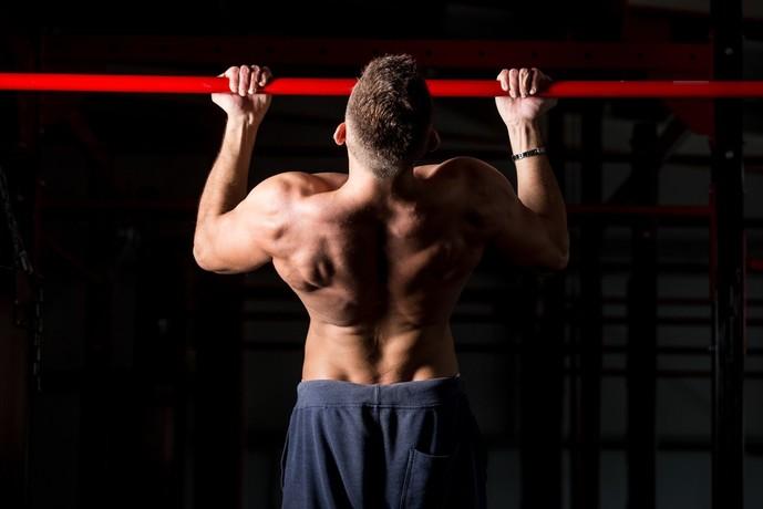 上腕筋を鍛えられる逆手懸垂