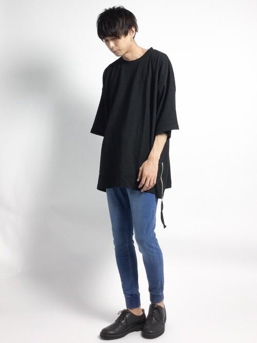 デニムパンツとビッグTシャツの秋服コーディネート