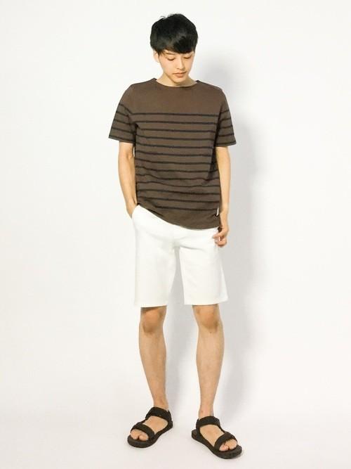 ボーダーTシャツとハーフパンツの夏服コーディネート
