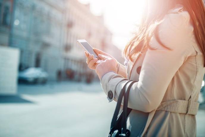 携帯を眺める女性