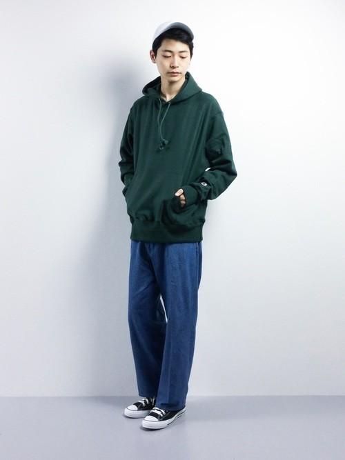 緑パーカーとデニムワイドパンツの秋服コーディネート