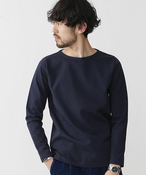 無地のシンプルな長袖Tシャツ