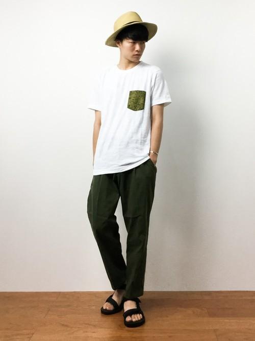 ストローハットとポケットTシャツの夏服コーディネート