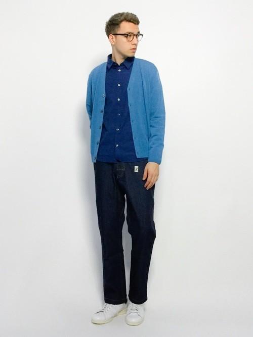 ブルーカーディガンとネイビーシャツの秋服コーディネート