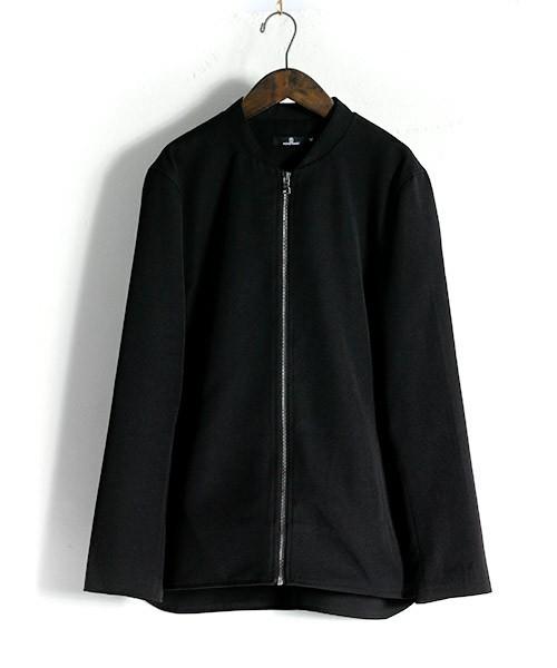 黒のモノマートのノーカラージャケット