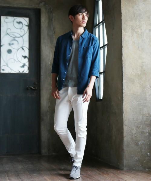 爽やかにブルーのシャツを羽織った季節感あふれる着こなし