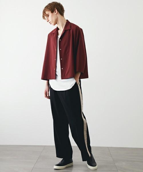 コーデで着用している赤シャツ