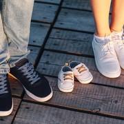 出産祝いに贈る靴のブランド5選。男の子も女の子も喜ばれる一足とは? | Smartlog