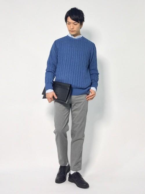 ニットとシャツの秋服コーディネート