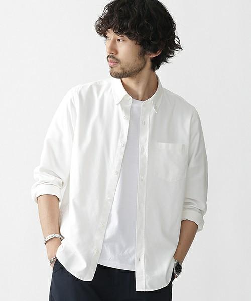 無地のシンプルな長袖シャツ