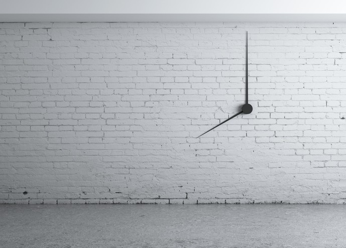 ブランドの掛け時計で時間を確認