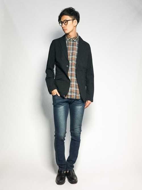 ジャケットと柄シャツとデニムパンツの着こなし