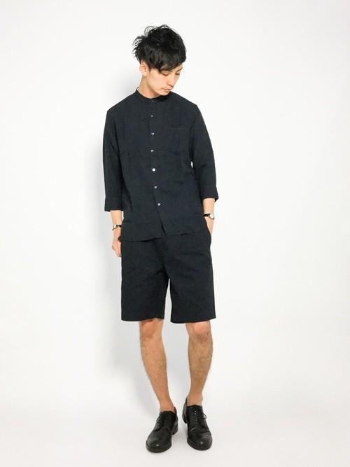 黒シャツと黒ハーフパンツの夏服コーディネート