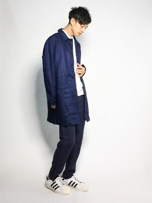 ブルーステンカラーコートとスキニーパンツの着こなし